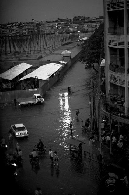 紛争勃発前日のスコール/カンボジア、プノンペン